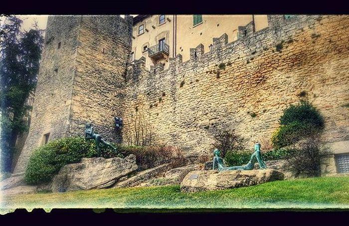 Opere in bronzo nell'area verde Sanmarino Citta Centrostorico Statua Bronzo Republicofsanmarino Italy Monument Emiliaromagna Visitsanmarino Volgoemiliaromagna Volgoitalia Volgosanmarino Instamoment Instapic