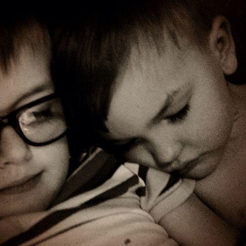 Att somna mot brorsans axel