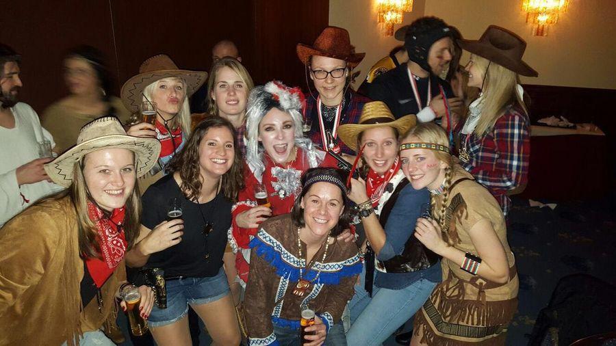 Frauenmannschaft des FC Köln beim Karneval. In der Mitte des Bildes Caroline Kebekus