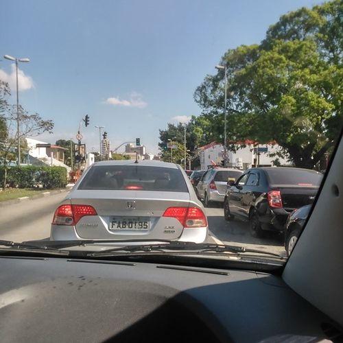 É que aqui o trânsito não respeita nem o fim de semana... Transitoinfernal Nemowazesalva Tafacilproduzirassim Caracamlkquetransitoqueisso