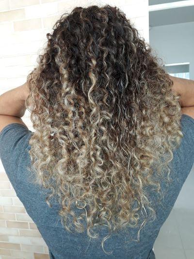 Meus caracóis💛 Hair Cabelos Cabeloscacheados Cabeloscoloridos Cabelos Platinados Platinado Grey Eu Cachos Caracóis My Hair Brasil Close-up