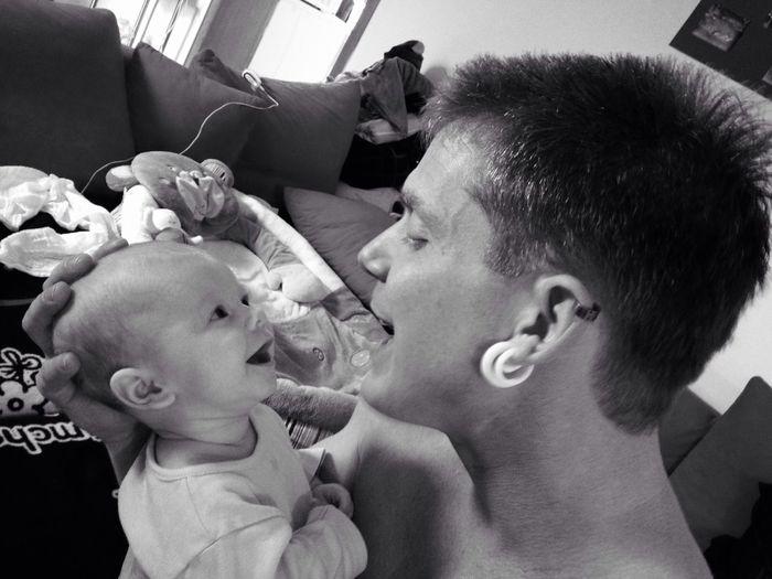 Vater und Sohn - sie lieben sich ohne Grenzen Papá Vater Sohn  Baby Schwarzweiß Blackandwhite