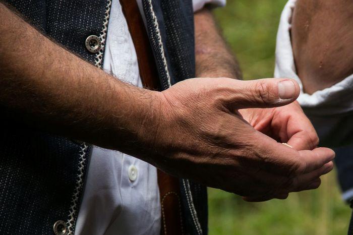Chästeilet im Justistal Essen Eating Working Hands Hände Hands Bauer Farmer