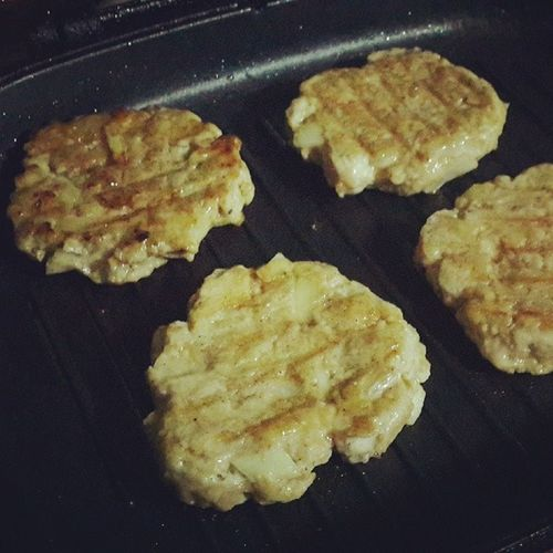Burger bakar ala awin Mycrews terslh bli ayam kisar...sptutnya daging...but nvrmind..still deli..nyumm2 Burgerbakaralaawin Alaawin