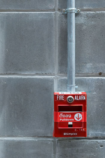 fire alarm with concrete background Red Fire Alarm Safety Communication Wall - Building Feature Security Protection Accidents And Disasters Warning Sign No People Architecture Sign Built Structure Technology Close-up Fire Urgency Day Burning Copy Space Push Button Fire Hose