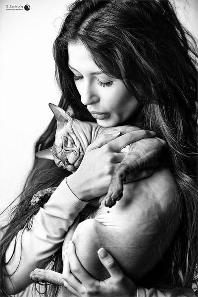 Фотографирую кисок и их котиков. Все довольны B&W Portrait Light And Shadow EyeEm Best Shots Blackandwhite Lexinart Photographer Beautiful Girl Cat Mycat Nikon Cats