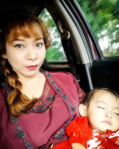 Portrait Child Childhood Warm Clothing Cheerful Smiling Happiness Looking At Camera Headshot Girls Passenger Seat Limousine Premiere Paparazzi Photographer Red Carpet Event Seat Belt Vehicle Interior Side-view Mirror Car Door Actor