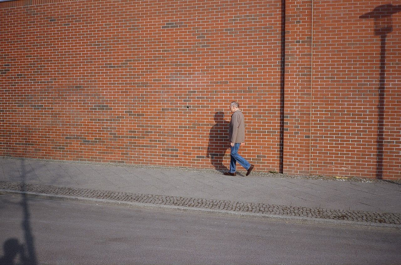 real people, one person, skateboard, lifestyles, day, outdoors, leisure activity, men, full length, architecture, people, adult