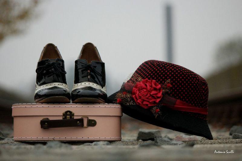 Il viaggio Partire Valigia cappello scarpe Shoe No People Suitcase Indoors  Day Close-up