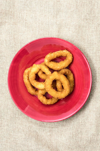 Directly Above View Of Fresh Onion Rings Served In Plate On Jute Fabric