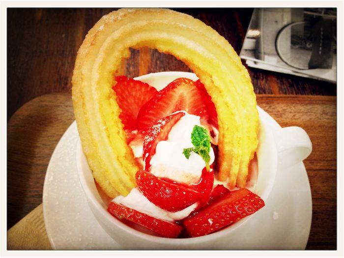 熱々のチュロス&アイスクリーム&ホイップクリーム&いちご。今日は陽射しがチュロ過ぎるから冷たくて美味しい♪。