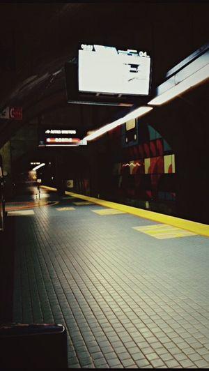 Vanishing Point Montréal City Subway Metro Tranquille Attente
