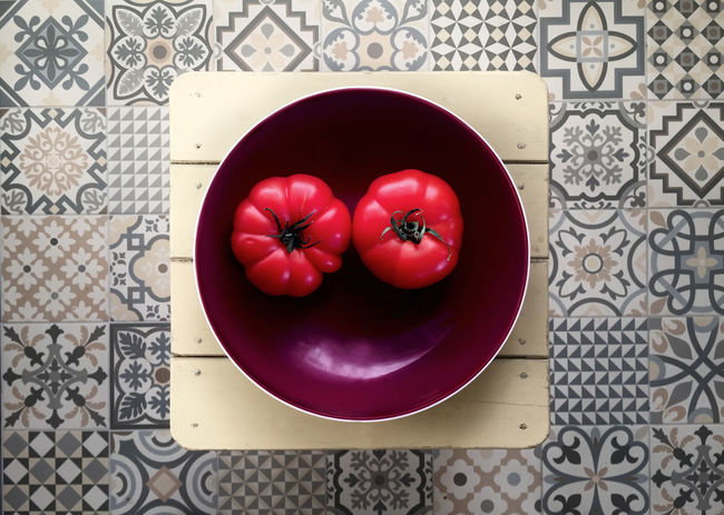 Close-up Directly Above Fliesenboden Food Freshness Healthy Eating Kitchen No People Obstschale Red Rot Tomaten Tomatoes Vintage Violet Fresh On Market 2017