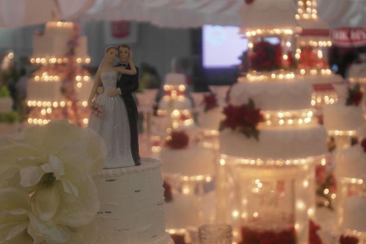 Sculptures on wedding cakes