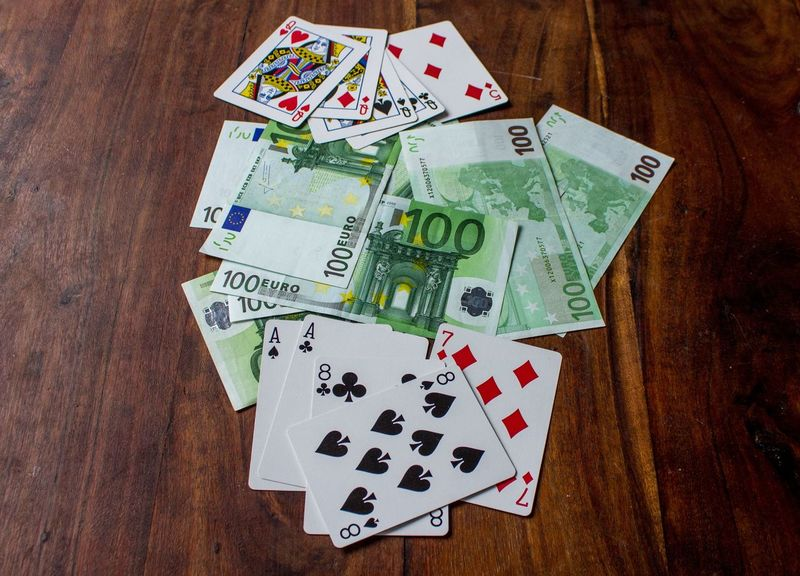 100 Euro 100 € 4 Damen 4 Of A Kind Asse Und Achte Playing Cards Poker Poker Time Queens Aces Aights Currency Dead Man's Hand Euro Gambling Geld Geldscheine High Angle View Indoors  Kartenspiel No People Paper Currency Spiel Table Wood - Material