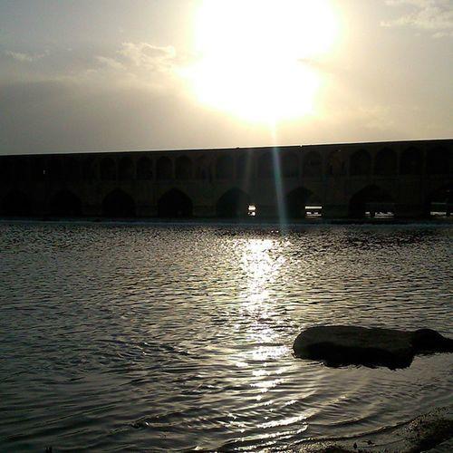 زنده رود من... زنده_رود زاينده_رود غروب اصفهان آب سيوسهپل سى_وسه_پل پرتو Sunset Zayanderood Isfahan Beautiful Isfahan My City Is Beautiful Siosepol