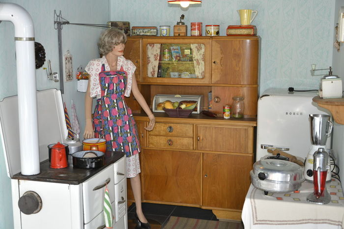 50er Jahre Adult Adults Only Appliance Automobilmuseum Amerang Cabinet Casual Clothing Day Food Freshness Home Interior Hygiene Indoors  Kitchen Lifestyles One Person People Preparation  Preparing Food Real People Standing Young Adult