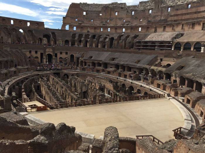 La Arena del Coliseo Romano, evidencia la capacidad de de mutar entre un escenario acuático y terrenal, se siente el ruidoso silencio de una tribuna enloquecida por el espectáculo. Quality Time