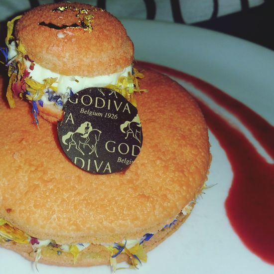 Food Porn Awards A Taste Of Life My World Of Food Godiva Chocolate Café Getting Creative Creative foods: Harrods n° 14 tea and almond macaroon religieuse filled with creamy mousse perfumed with Harrods n° 14 tea, fragrant Jasmine and Gardenia scent decorated with flower bits of magnolia, cornflower, hibuscus and lavender. Served with raspberry coulis.