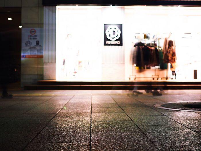 ボカしてみるのもアリかな… Olympus OM-D E-M5 Mk.II Tokyo Street Photography Bokeh Defocused Motion Blur Motion Blurred Motion Blur Walking People Footprints FootPrint Tiled Floor Real People Indoors  Architecture