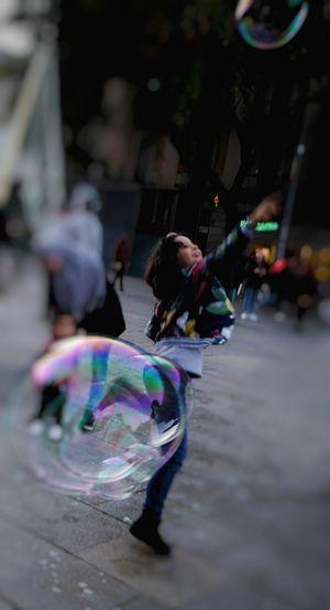 """"""" No existe la felicidad. A lo largo de la vida hay briznas de dicha que se deshacen como pompas de jabón """" Miguel Delibes EyeEmNewHere Fashion Stories Multi Colored Bubble Happiness Outdoors Day People Fragility City One Person"""