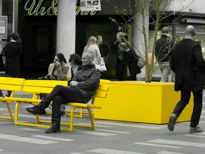 Olympus Pen Lite E-PL7 Hanging Out Check This Out Enjoying Life The Portraitist - The 2016 EyeEm Awards Yellow Bench Black And White With A Splash Of Colour Black And White With A Dash Of Colour Por People Walking By People Walking In The Street Official Eyeem © People Walking  Popular Photos Popular Photo Popular