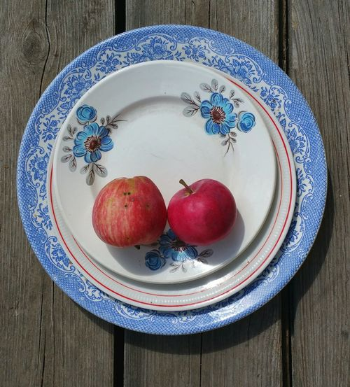Plates & homegrown Apples ... Still Life Fruit Looking Down Blue Red Food China яблоки тарелки натюрморт
