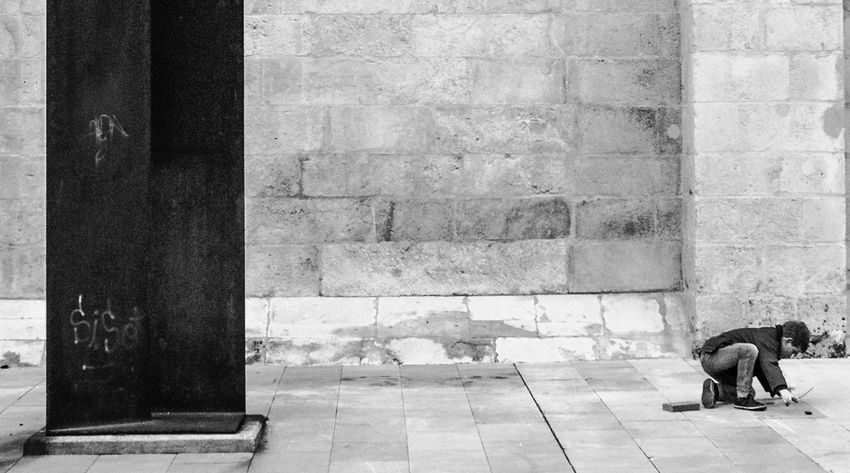 Jugando. Streetphotography Street Photography Streetphoto_bw Fotocallejera LeonEsp  Blackandwhite Monochrome Blackandwite Blancoynegro Arquitecture Arquitectura