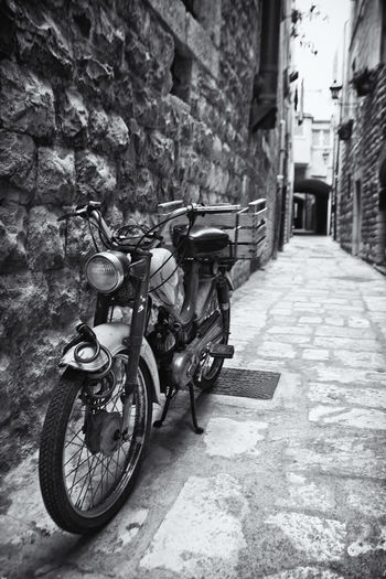Vicoli di città Alley Architecture Bicycle Bicycle Rack Brick Wall Building Exterior Built Structure Day Land Vehicle Mode Of Transport Modo D'epoca No People Outdoors Retaining Wall Stationary Transportation Vicoli Di Paese