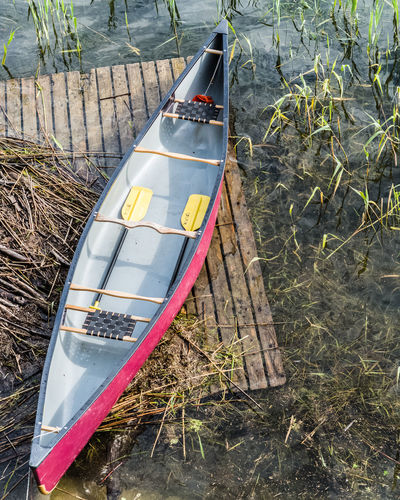 Adventure Out There Excursion In The Natur Excursion Outdoors Exploring Lake Shore Deck Sport Leisure Activity Summertime Holidays EyeEm Nature Lover Water Plant Reed Gry Et L'aventure Gry Au Long Cours Water High Angle View Nautical Vessel Sunlight Canoe Boat Moored Water Vehicle Paddling
