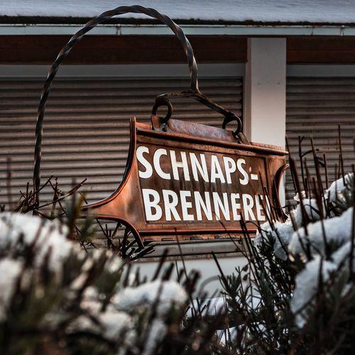 Das Schild Schild Schnaps Rost Schrift Sträucher EyeEmNewHere Store Text Winter Architecture Close-up Building Exterior Built Structure First Eyeem Photo