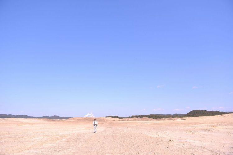 Landscapes With WhiteWall Landscape Coast Blue Sky Seaside Guy Walking Horizon Over Land Minimalism 신두리 해변 사막 모래 신두리해안사구 South Korea D800