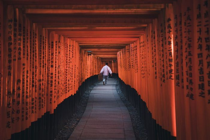 @itchban / itchban.com Delivery Man Red Running Spirituality Religion Religious  Symmetry The Traveler - 2018 EyeEm Awards
