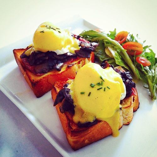 The so called improved Egg Benedicts as according to the menu. They gotta improve this some more. The eggs gotta be more runny, parma ham too salty, mushrooms too oily. Ibakestarvista Starvista Eggbenedicts Cafesg