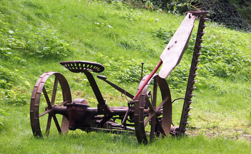alter Grasmäher Acriculture Alte Maschinen Close-up Field Gras Mähen Grasmäher Grass Landwirtschaftsfahrzeuge Landwirtschaftsgerät Maschine Metal No People Old Machinery Old-fashioned Outdoors Wagon Wheel Wheel