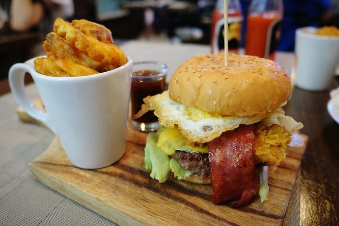 Yum...yum... 😙 🍔 Food Food And Drink Dinner Burgers Hamburger Fried Potatoes Delicious Bacon! Fried Egg at Surabaya Food Stories