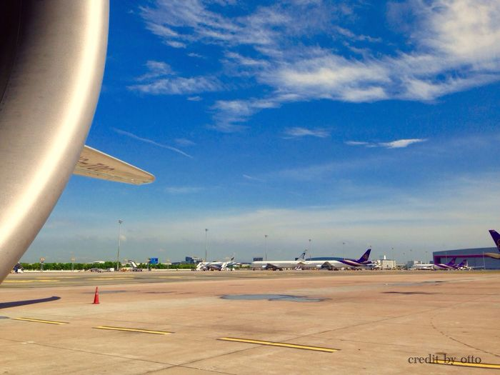 Boeing 787 Dreamliner Plane Thai Airways Working Airport Sky Clouds Blue Iphone 5