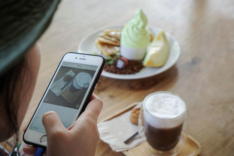 Dessert Picture In Picture Take Photos Taking Photo Taking Photos Taking Pictures Cafe Cafe Table Cafe Time Close-up Drink Food And Drink Freshness Holding Holding Mobile Holding Phone Human Body Part Human Hand Mobile Phone One Person Refreshment Relax Smart Phone Social Media Table
