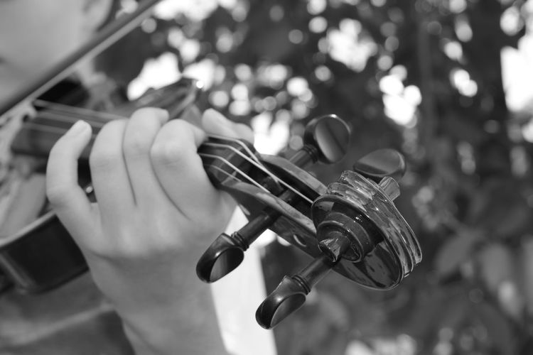 Geige in der Nahaufnahme Musik Violin Bow Bow Blackandwhite Musical Instrument String Instrument Classical Music Geige Violine  Violin Hand Focus On Foreground Human Hand Holding One Person Human Body Part Real People Human Finger Finger Lifestyles Selective Focus Unrecognizable Person Child Arts Culture And Entertainment Leisure Activity