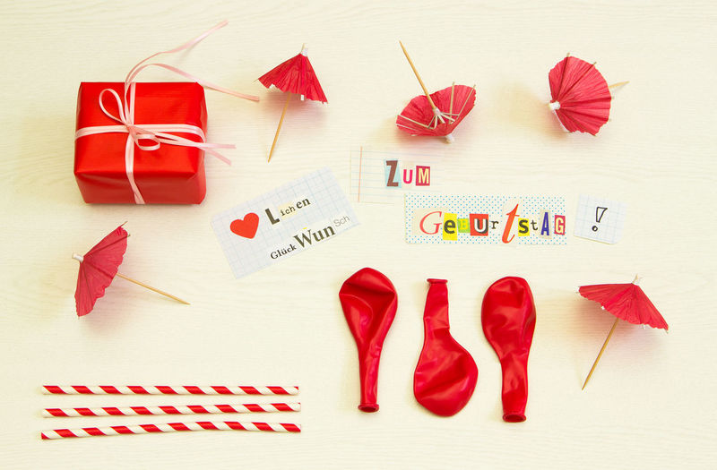 Alles Liebe zum Geburtstag Alles Liebe Geburtstag Geburtstagskarte Glückwunsch Gratulation Luftballons Road Alles Alles Gute Zum Geburstag Arrangement Celebration Close-up Creativity Flatlay Gift High Angle View Holiday Indoors  Lustig No People Paper Red Still Life Table Variation