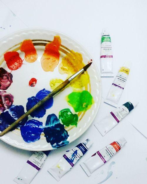 Смешивание цветов акрила для цветового круга. краски  Colorful Acrylic Painter