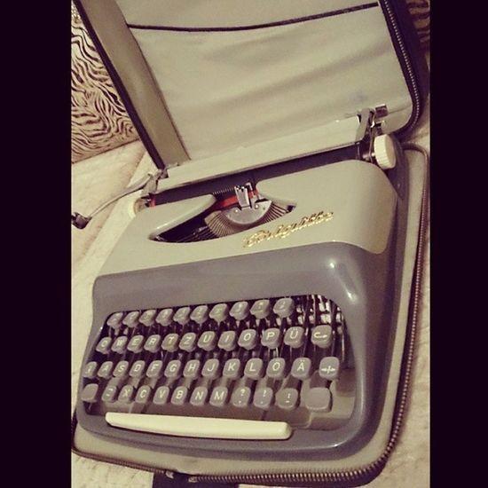 Zennure Teyzem harikasın ya hediyelerin hasını verdin bana Daktilo Typewriter Typist Yaz ı yazar antika author book hgstudyo Klasik inscription care makine