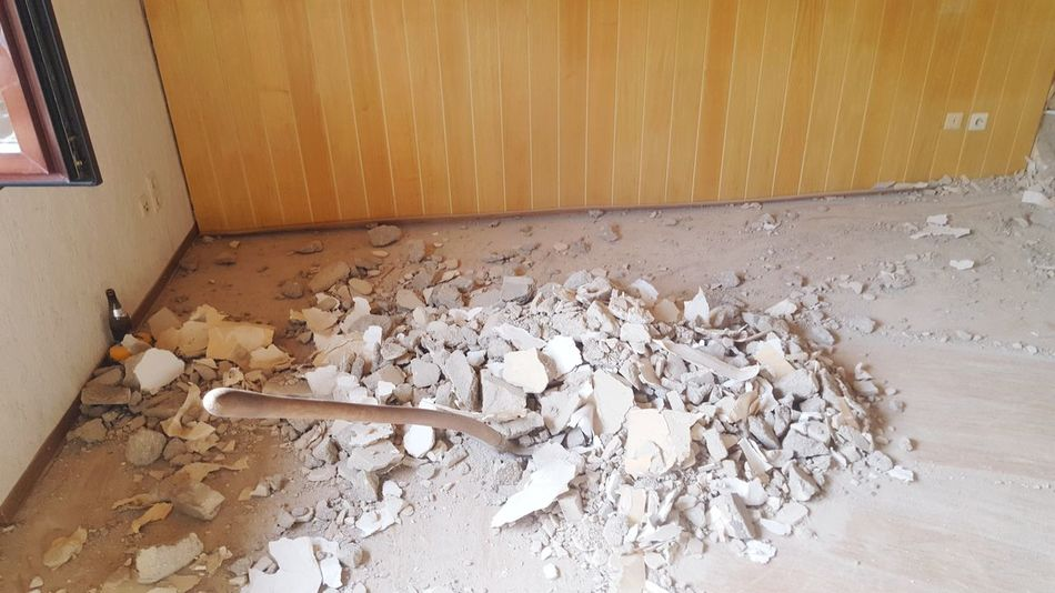 Baustelle Bier Schutt Schaufel Baustelle Abriss Abriss Abrissarbeiten Wand Renovierung Renovation