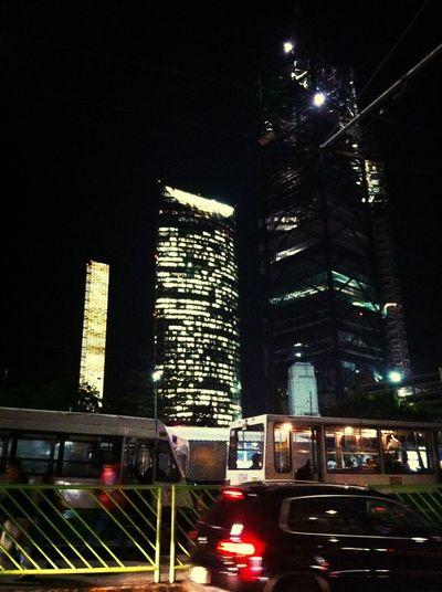 Rascacielos, marco de un paradero de camiones. Buildings Night Lights