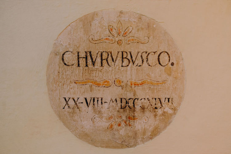 Placa antigua Text Western Script Communication Indoors  Close-up Single Object Craft No People Studio Shot Wall - Building Feature Art And Craft Carving - Craft Product Religion Message Travel The Past History Architecture Table Wood - Material