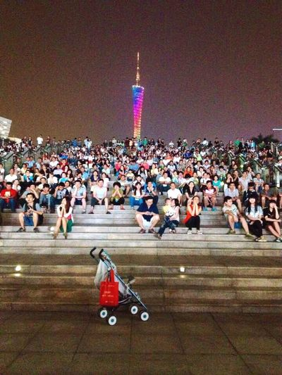 Watch a show~Regarder un spectacle (看表演) Guangzhou China Show Spectacle
