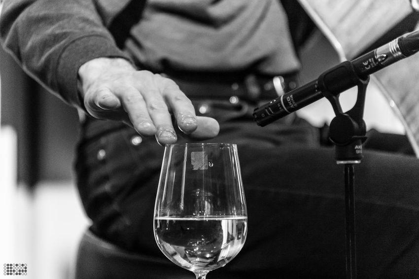 Synje Norland live im Oktober 2016 - mehr Bilder: http://smalltown-snapshots.de/de/blog/synje-norland-dortmunder-pauluskirche/ LiveMusic Music One Person Pauluskirche Dortmund Playing Singer Songwriter Synje Norland Wine Glass