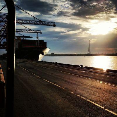 PortMTL bateau à quai au lever du jour Termont Fleuvestlaurent