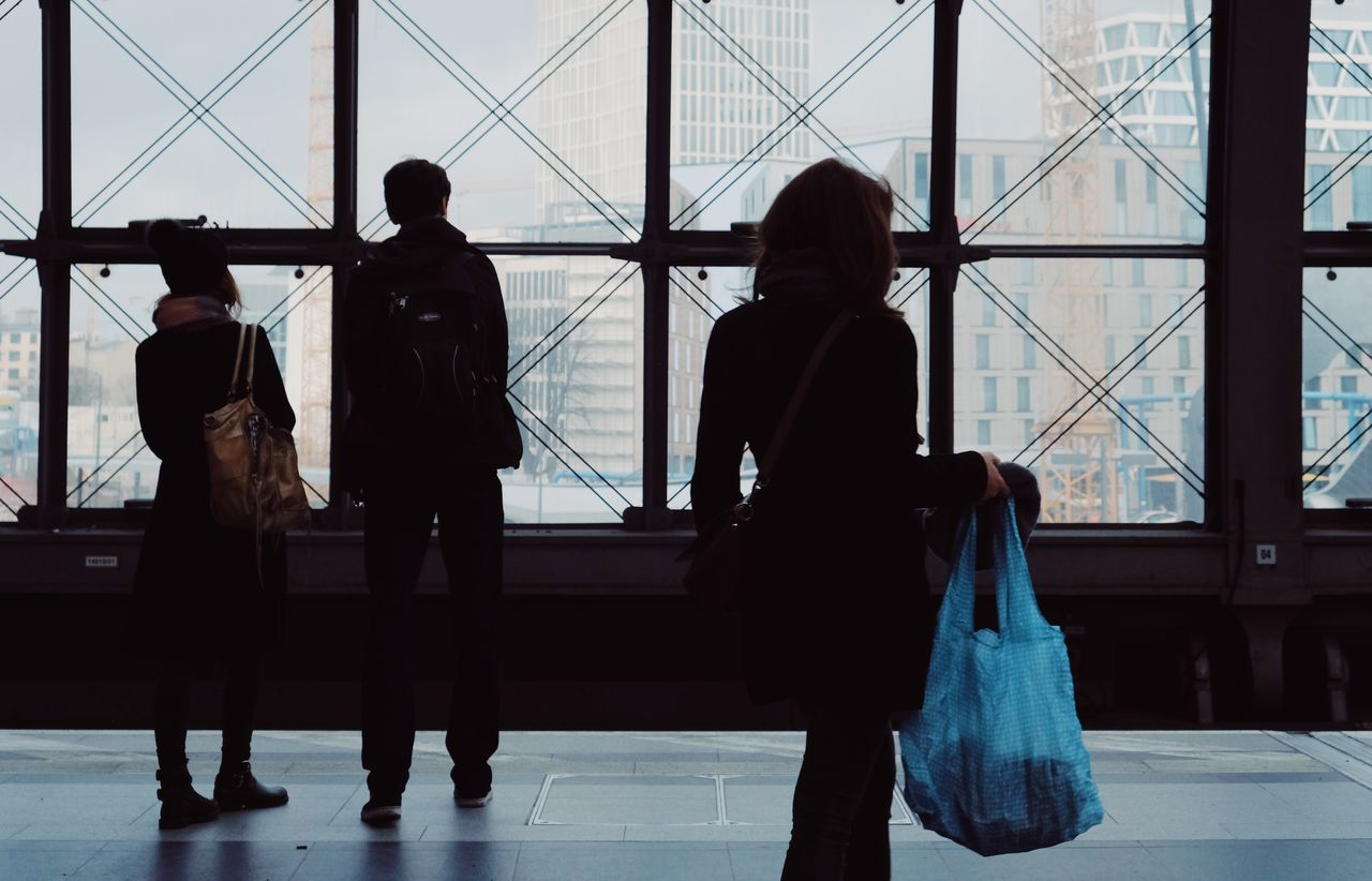 airport, walking, indoors, rear view, real people