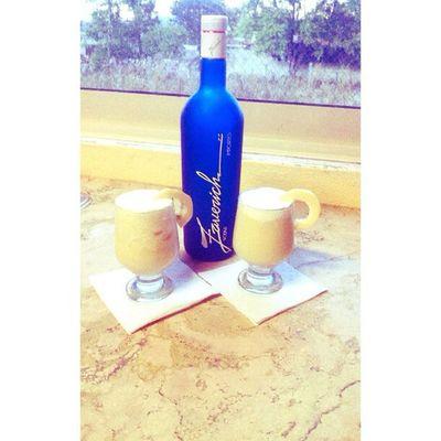 So hoy toco plan casero...!! y pues nos hicimos una piñita colada con vodka, a su salud ;) Drink Piñacolada Party Vodka